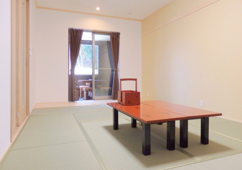 Warabian (14 tatami mat room + room with 2 beds)